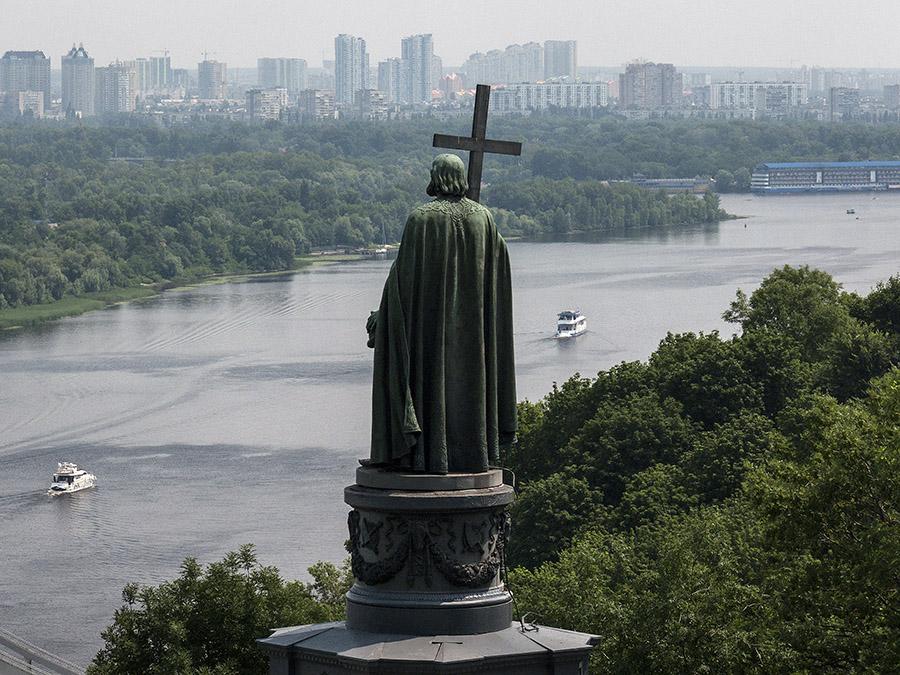 Kiev Gezilecek Yerler -Volodymyr The Great Monument -Aziz Volodymyr Anıtı - Kiev Yürüyüş Rotası  -  Open work gazebo on Volodymyr Hill -