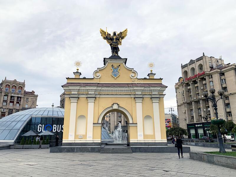 Kiev İndepence Meydanı - Kiev Maidan - Kiev Bağımsızlık Meydanı - Kiev İndepence Square - Kiev Euromaidan - Globus Avm - İndepence Monument - Kiev Gezilecek Yerler