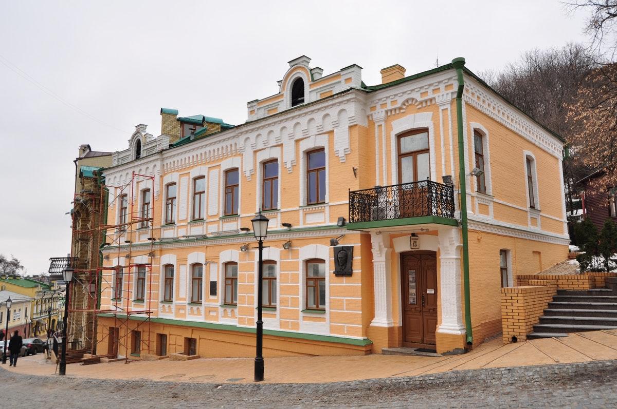 Kiev Gezilecek Yerler: Mikhail Bulgakov Müzesi Andrevski Yokuşu